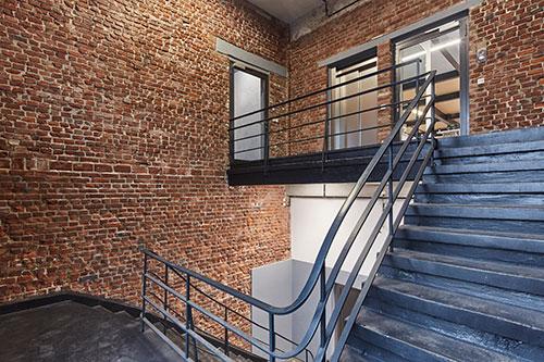Hereinspaziert – Treppenhaus zum Trainingsbereich